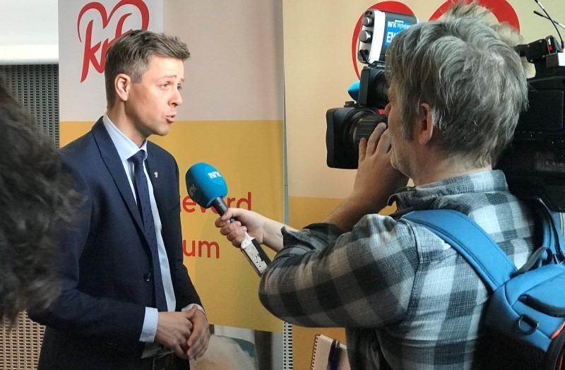 Knut Arild Hareide intervjues av NRK