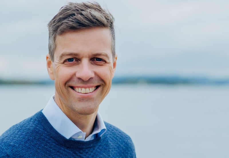 Knut Arild Hareide foran havet