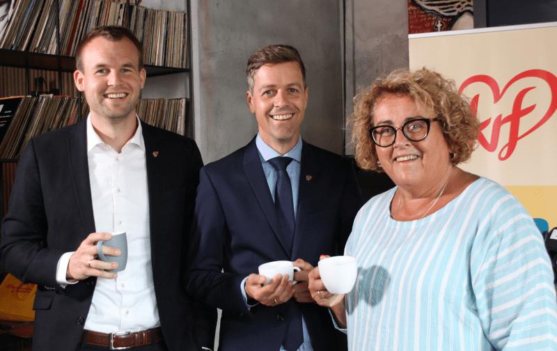 Fra venstre: Kjell Ingolf Ropstad, Knut Arild Hareide og Olaug Bollestad drikker kaffe og smiler.