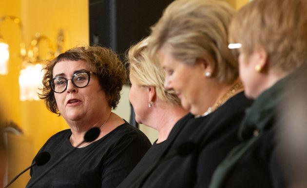 Olaug Bollestad snakker engasjert ved siden av tre andre partiledere