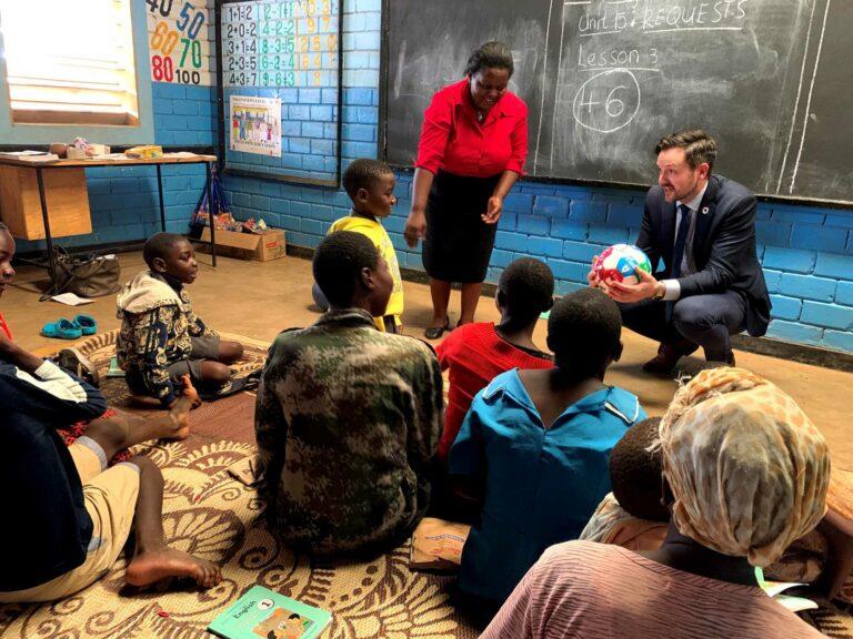 dag Inge Ulstein som møter barn på en afrikansk skole