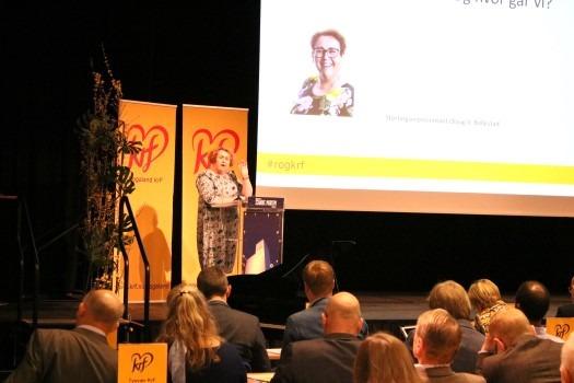 Bilde av Olaug V. Bollestad på talerstolen på fylkesårsmøtet i Rogaland KrF i 2018