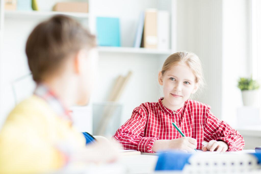 Illustrasjonsbilde gutt og jente på skolen. Foto: Colourbox