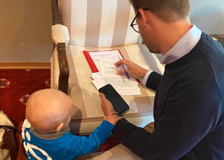 Kjell Ingolf Ropstad leker med eget barn