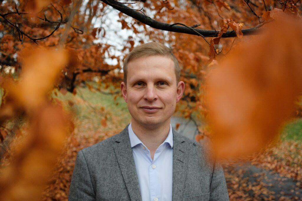 Portrett av Erik Lunde i høstfarger