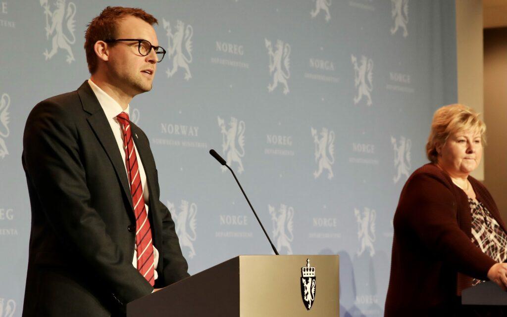 Kjell Ingolf Ropstad bak en talerstol ved siden av Erna Solberg på pressekonferanse
