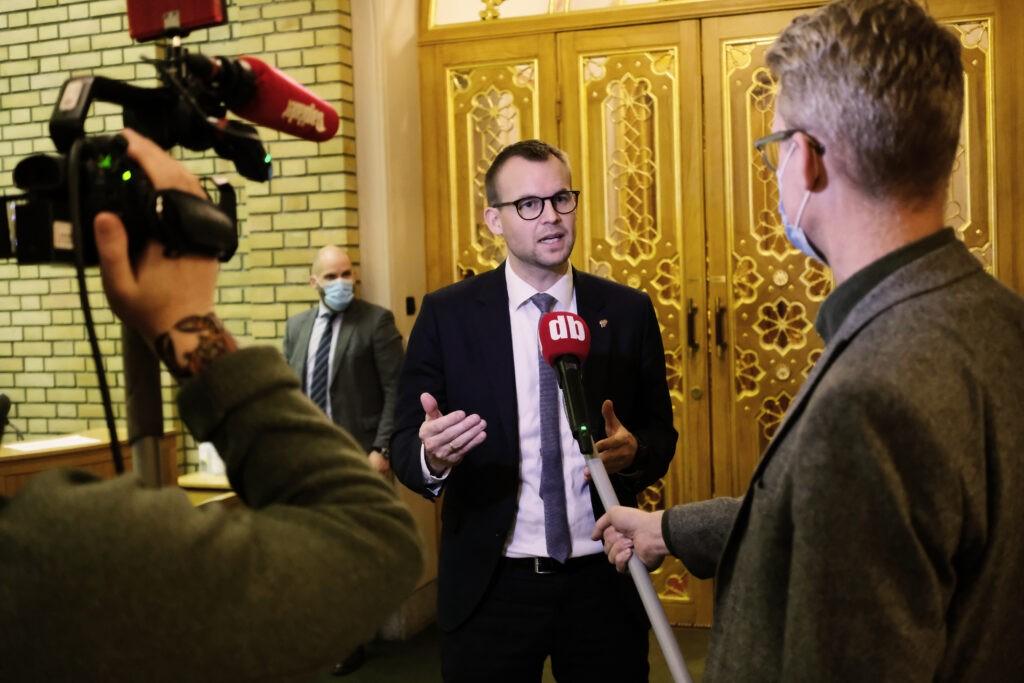 Kjell Ingolf Ropstad blir intervjuet av Dagbladet i vandrehallen