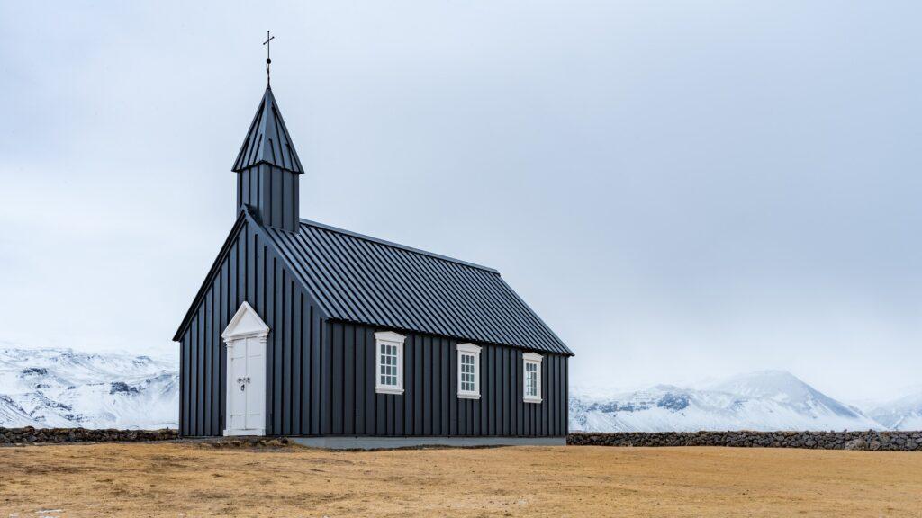 Et bilde av en kirke ute i distriktene.