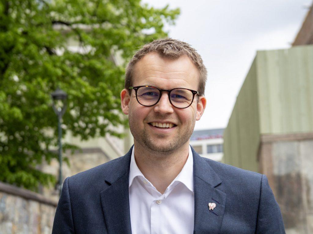 Kjell Ingolf Ropstad, partileder og barne og familieminister smiler til kamera