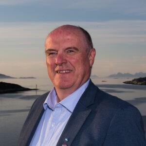 Profilbilde av Dagfinn Arntsen med sjø og fjell i bakgrunnen
