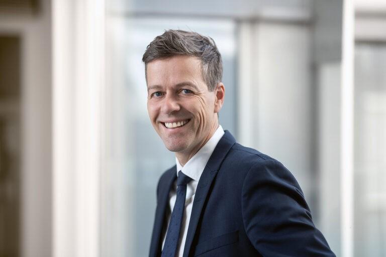 Samferdselsminister Knut Arild Hareide smiler til kamera