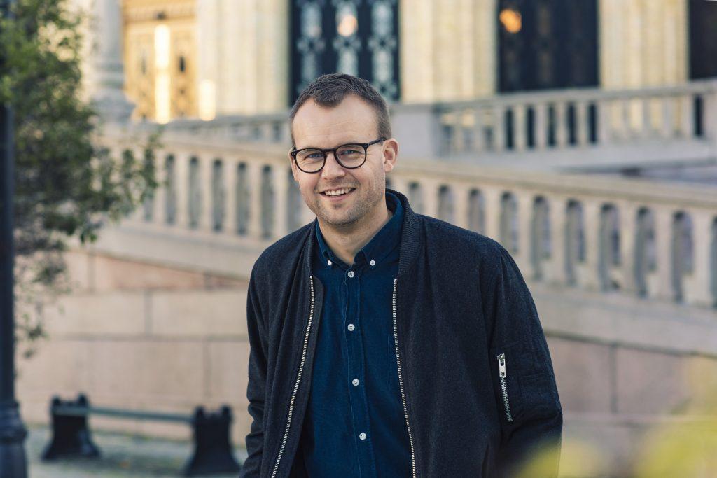 Kjell Ingolf foran Stortinget
