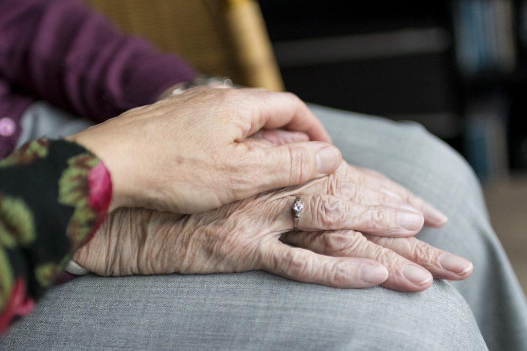 Illustrasjonsfoto av en eldres hånd.
