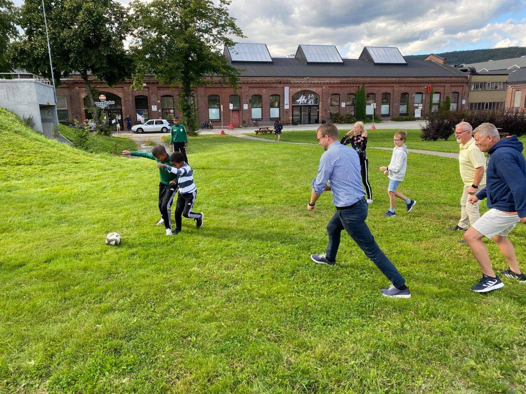 Kjell Ingolf spiller fotball mot 2 gutter
